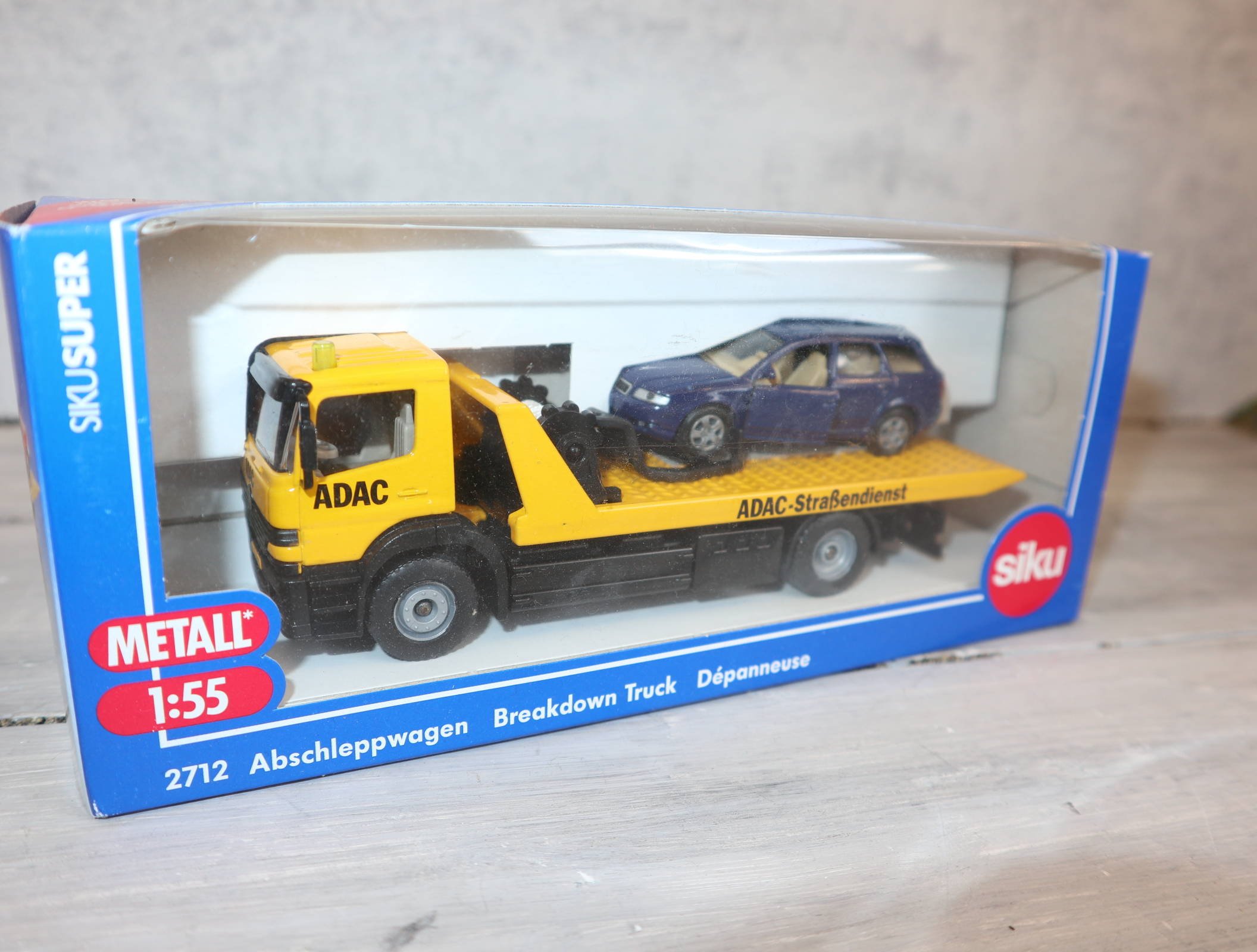 Siku 2712 in 1:55 Abschleppwagen mit PKW