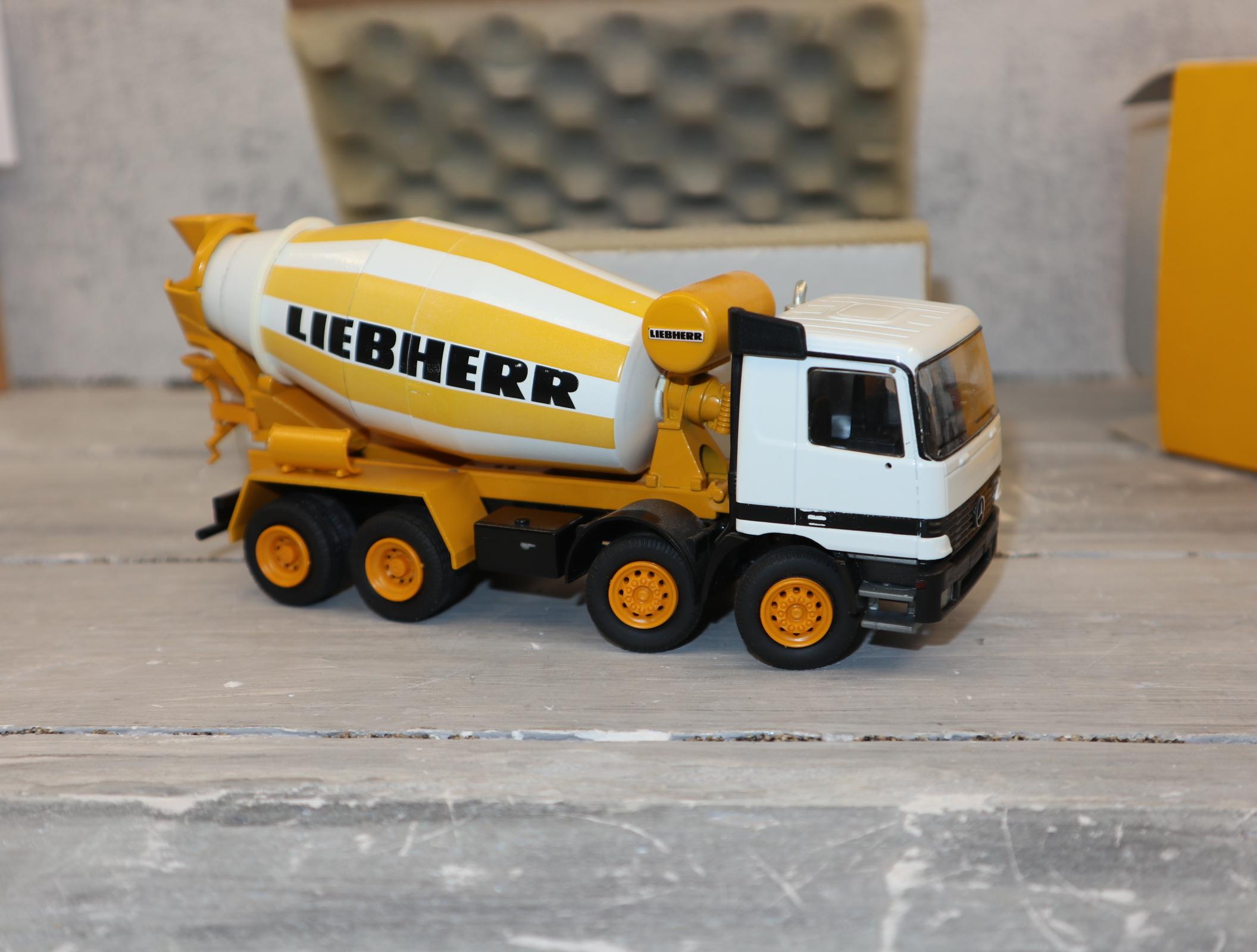 Conrad 40119 in 1:50 LIEBHERR HTM 904 auf MB Actros aus 1997in weiß-gelb, NEU in OVP