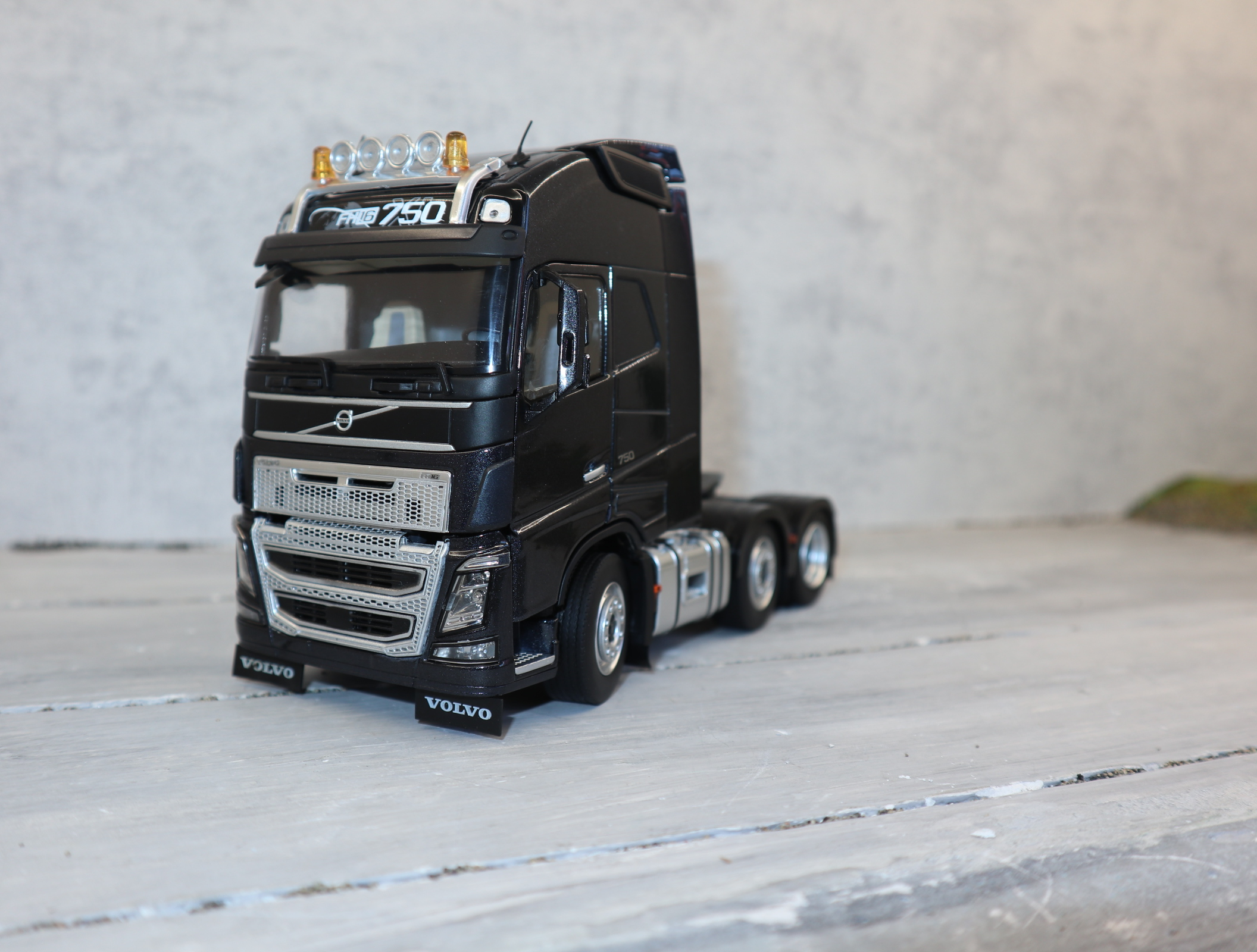 MarGe Models 1811-02 in 1:32 VOLVO FH 16 6x2 Sattelzugmaschine in Anthrazit