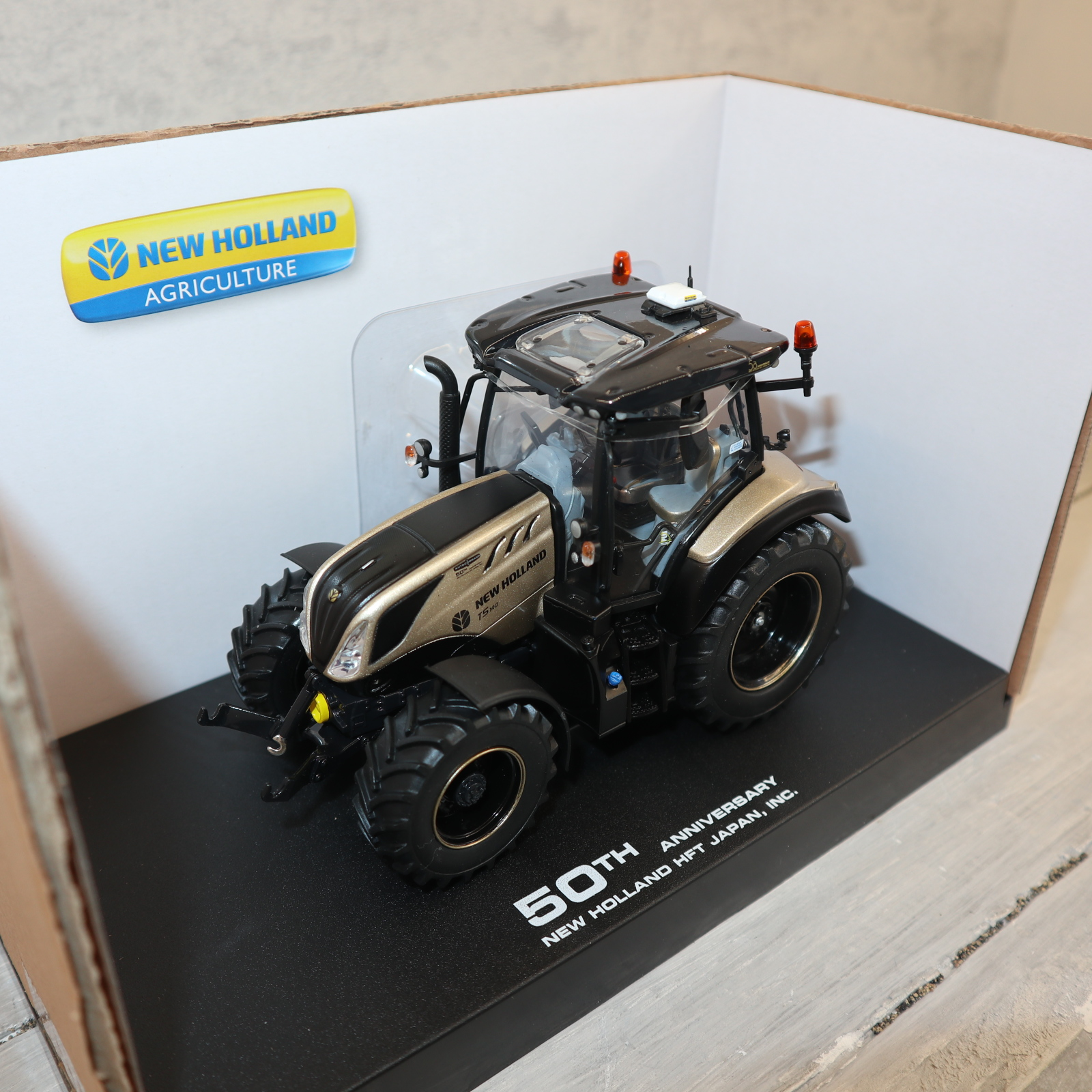 """UH 6255 1:32  New Holland T5.140 GOLD Edition 600 Stück """"50 Jahre New Holland in Japan"""" neu in OVP"""
