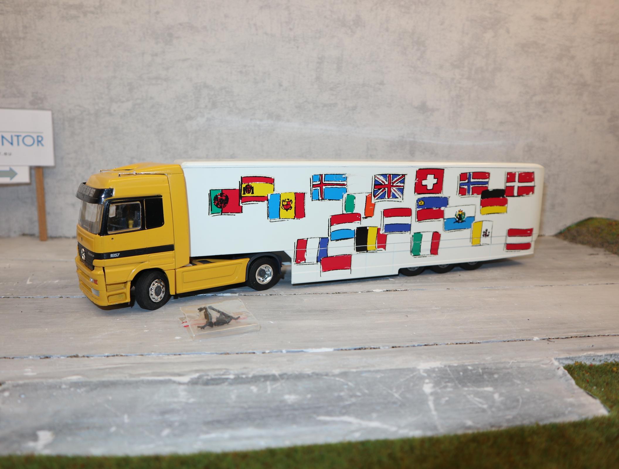 """NZG 1:43 Mercedes-Benz Actros 1997 """"Truck of the year"""" gelb mit Länderflaggen am Auflieger, NEU in OVP"""