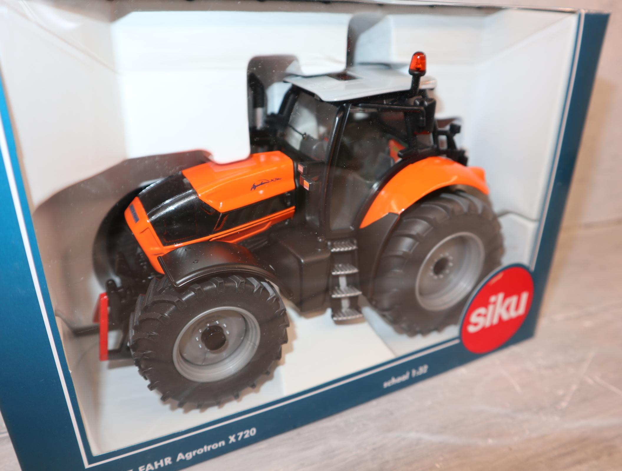 Siku Farmer 3266 1:32  DEUTZ-FAHR Agrotron X720 Traktor kommunal Sondermodell aus NL