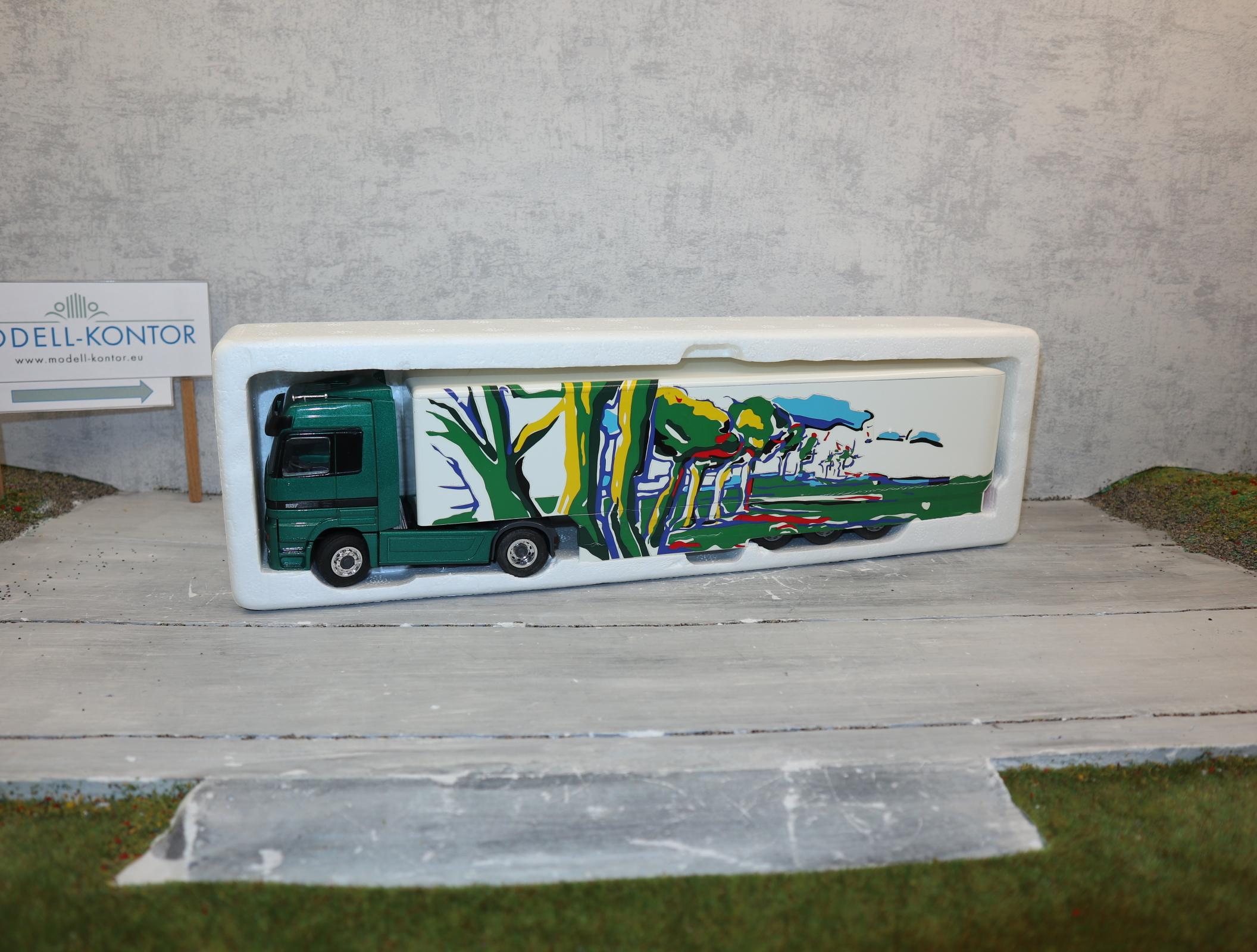 """NZG 1:43 Mercedes-Benz Actros 1997 """"Truck of the year"""" grün mit Landschaftsbild, NEU in OVP"""