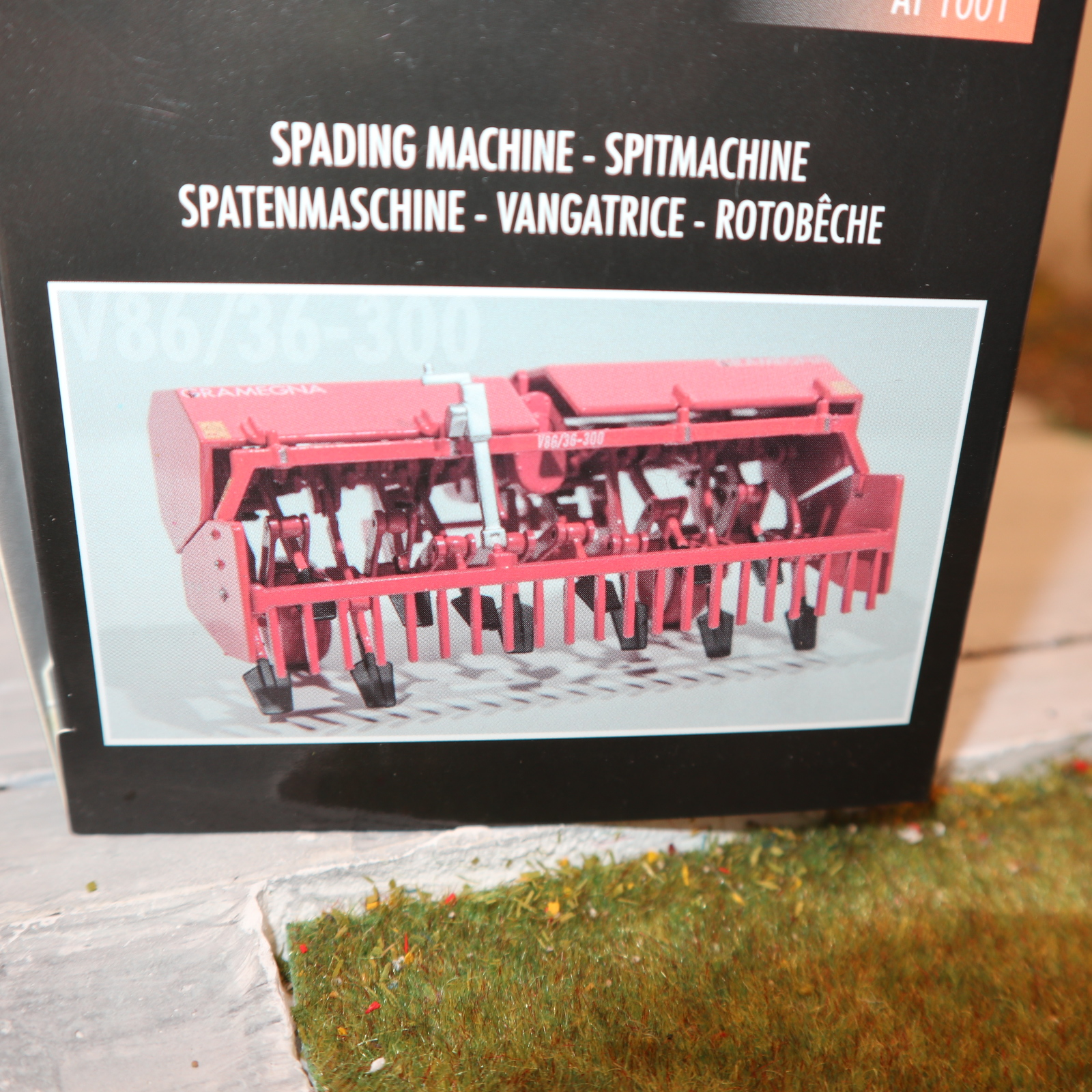 AT Collections AT1001 in 1:32 GRAMEGNA V86 Spatenmaschine NEU in OVP