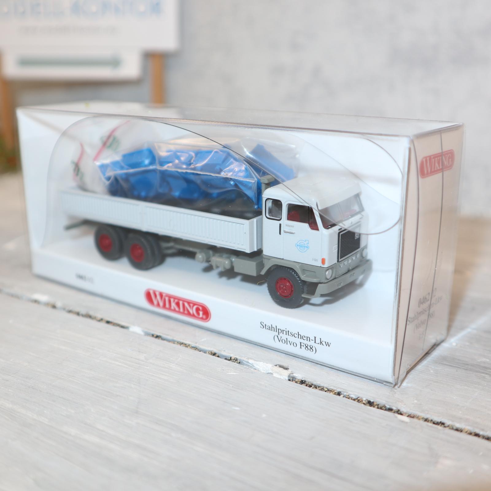 Wiking 046202 1:87 VOLVO F88 3-Achser Stahlpritsche GRAU mit blauen Kisten NEU in OVP