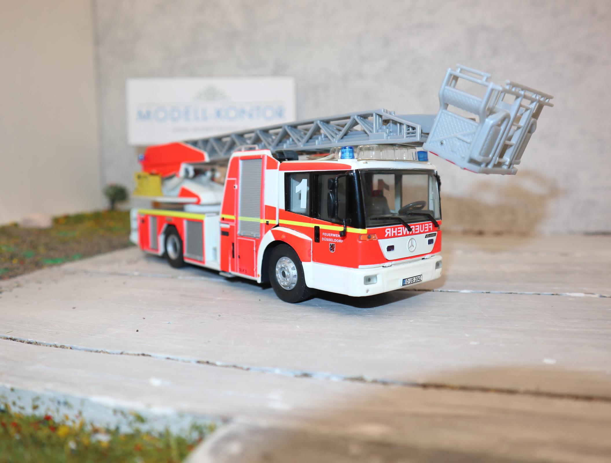 Wiking 1:43 043102 7333 Feuerwehr - Drehleiter L32 Metz auf MB Econic, NEU in OVP