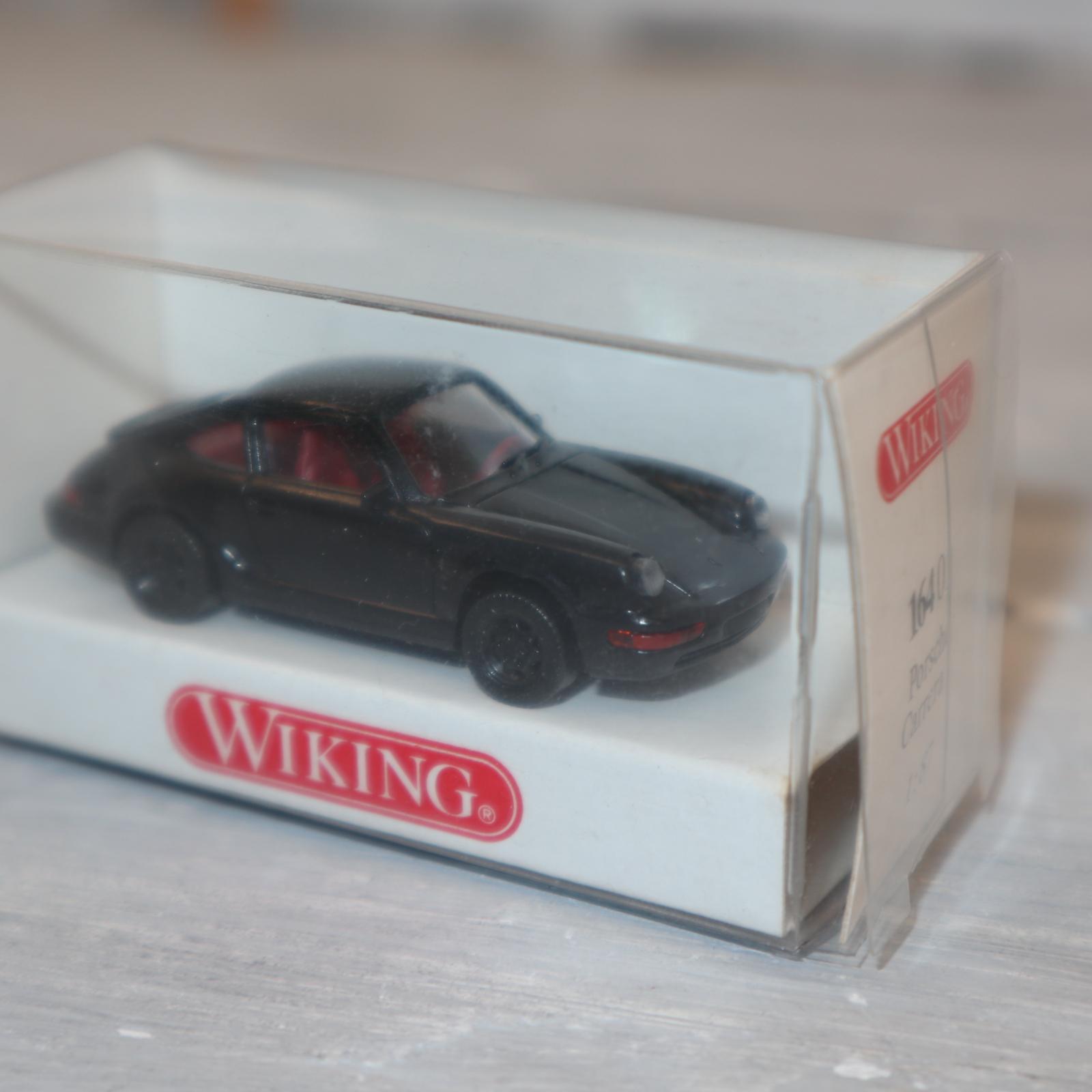 Wiking 816401 in 1:87 Porsche 911 Carrera 4 in schwarz mit IE rot, NEU in OVP