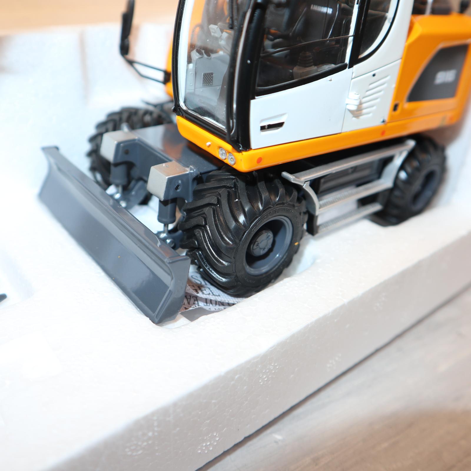 AT Collections 3200140 in 1:32  LIEBHERR A916 4WD Radbagger in gelb mit NOKIAN-Reifen NEU in OVP